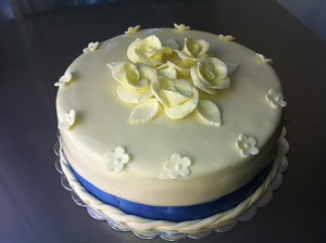 Едноетажна торта, облечена в захарно тесто с 5 рози