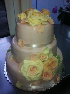 Сватбена торта на три етажа облечена в захарно тесто с букети от рози